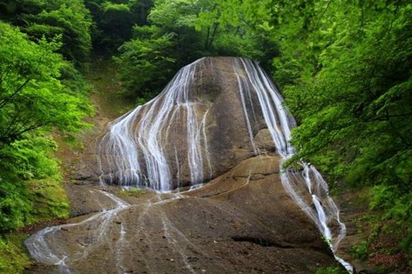 伝統にんにく卵黄のCMでユウキとおじいさんが水浴びをしたみろくの滝